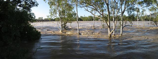 áradó folyó a part menti erőben