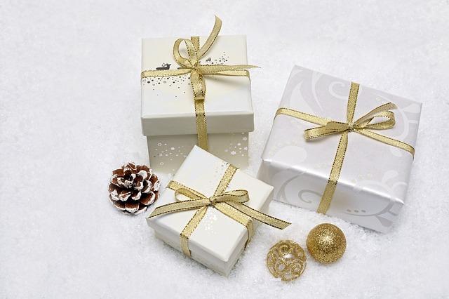 ajándékok dobozban.
