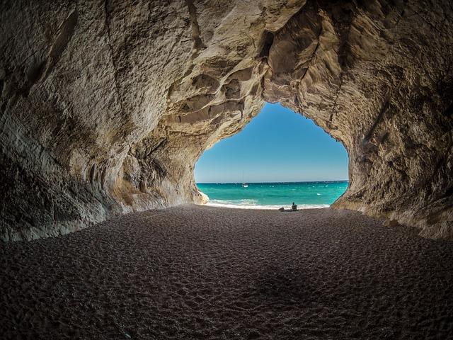 barlang végén látszik a tenger
