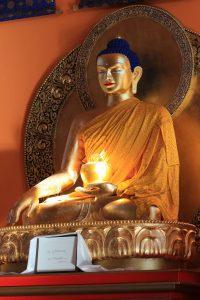 Sakjamuni Buddha szobra a tari templomban