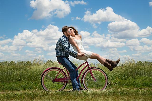 fiatal pár biciklivel