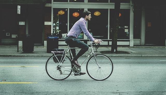 kerékpáros farmerben és kockás ingben
