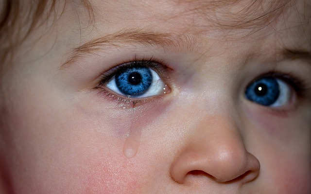 gyereki arc könnybe lábadt szemekkel.