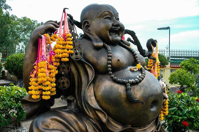 nagy hasú kínai Buddha felajánlásokkal