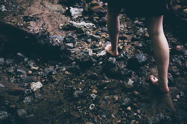 mezit lábas nő kavicsos talajon