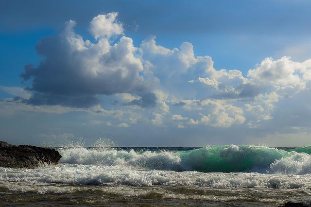 hullámzó tenger felhős éggel