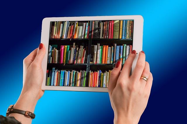 könyvespolcot mutató tablet