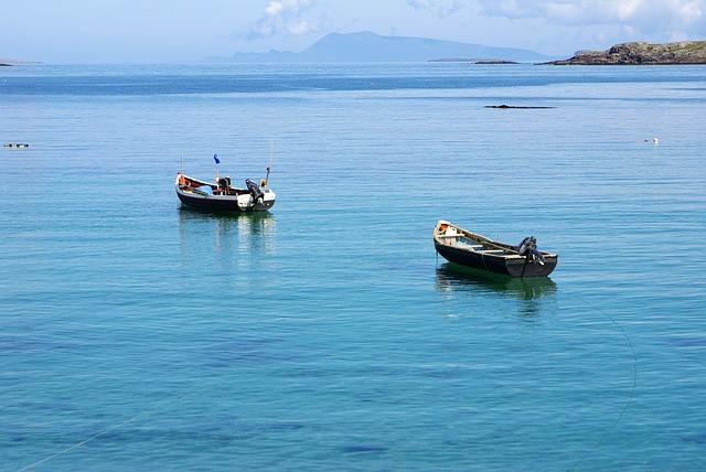 csónakok a tenger partján