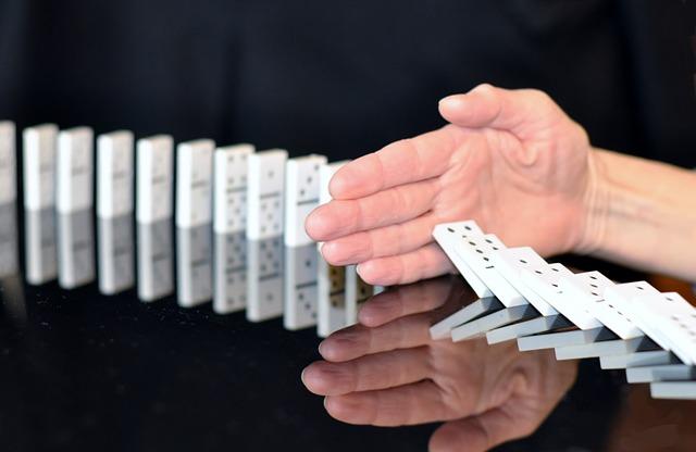 dominókat megállító kéz
