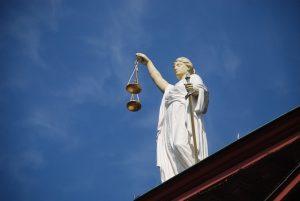 Justicia egy bíróság oromzatán
