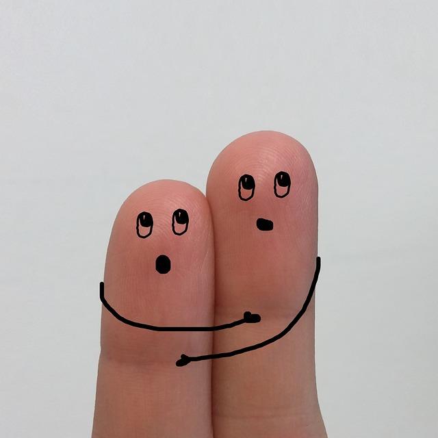 két ujj filctollal megrajzolva