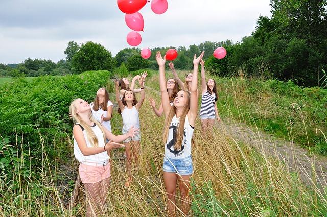 léggömböket eregető lányok