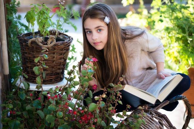 fiatal lány virágokkal