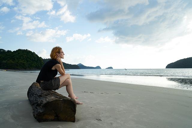 magányos nő a tengerparton