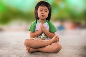 meditáló kislány
