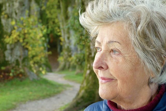 éber tekintetű idősebb hölgy