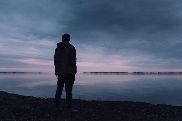 ember a tó partján