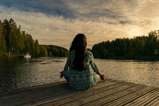 Tóparton jógázó, meditáló nő