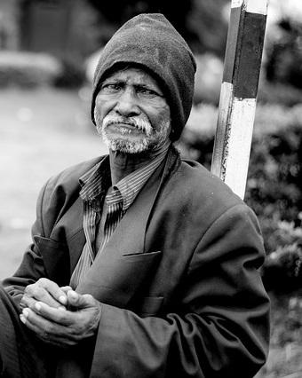 hajléktalan az utcán.